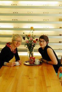 Benita Schuchert, eidg. diplomierte Augenoptikerin SBAO und Lydia Hauser, Lernende